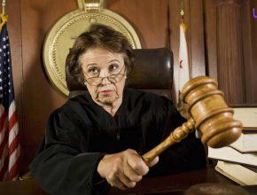 چرا قضات در کشورهای خارجی لباس سیاه می پوشند؟